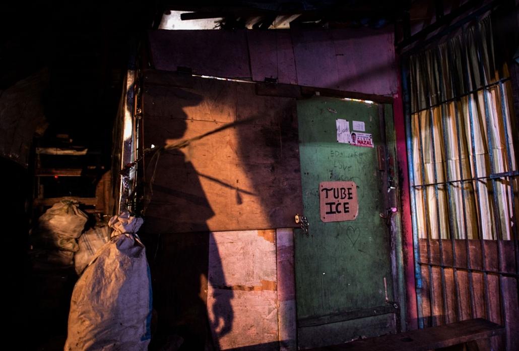 afp.16.10.18. Manila drogháború, Fülöp-szigetek. Egy rendőr érkezik a helyszínre, ahol egy feltételezett drog dílert lelőttek.