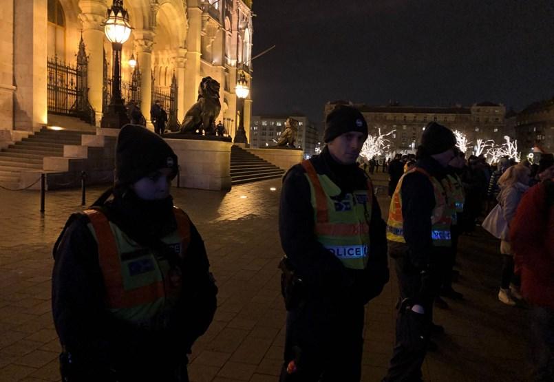 Rendőrség: a tüntetés elvesztette békés jellegét - percről percre