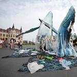 Hulladékból készült bálnák érkeztek a Parlament elé – fotók