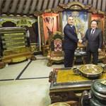 Orbánt nyílvesszők közé ültették Mongóliában – fotók
