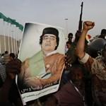 Durvul a háború Líbiában: a kormányerők nehéztüzérséggel lövik Zenten térségét