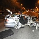 Kirakta a Katasztrófavédelem a videót, amint a Váci úti rommá tört kocsiból mentenek