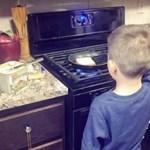 Normális az anyuka, aki főzni és mosni tanítja 6 éves fiát?
