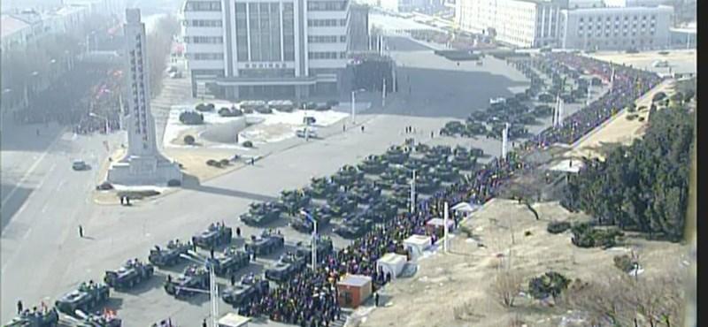 Hatalmas katonai csinnadrattát tartott Észak-Korea a téli olimpia előtt