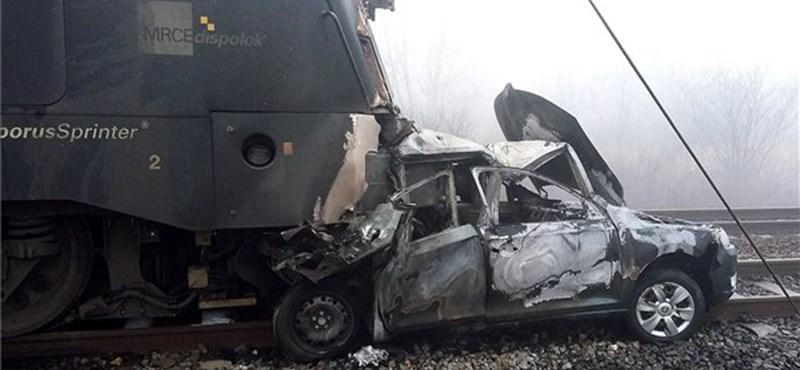 Autóba szaladt egy tehervonat Vecsésnél