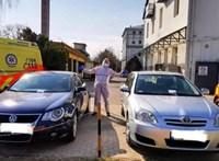 Egyszerre két autó is a mentők helyére parkolt Szegeden