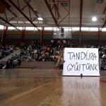 Fotók: több száz gimnazista tiltakozik Veszprémben