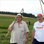 Lukasenka kaszálni tanította Depardieu-t – fotó