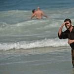 Fotók: Ferenc pápa befejezte, strandolni mentek a hívek