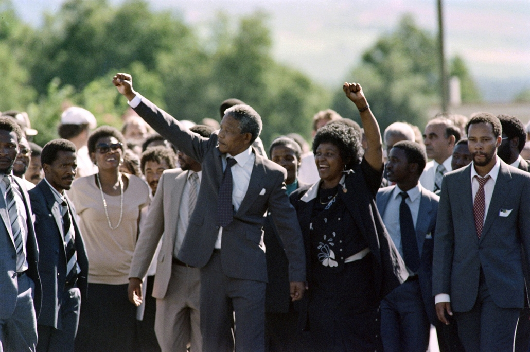 Nelson Mandela nagyítás - SOUTH AFRICA, Paarl : Anti-apartheid leader and African National Congress (ANC) member Nelson Mandela (C, L) and his wife Winnie raise fists upon Mandela's release from Victor Verster prison on February 11, 1990 in Paarl.