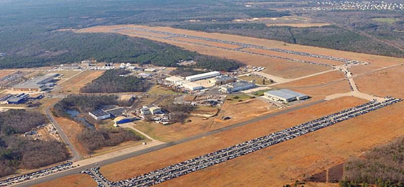 Fotó: 30 ezer autóroncs borít el egy repteret