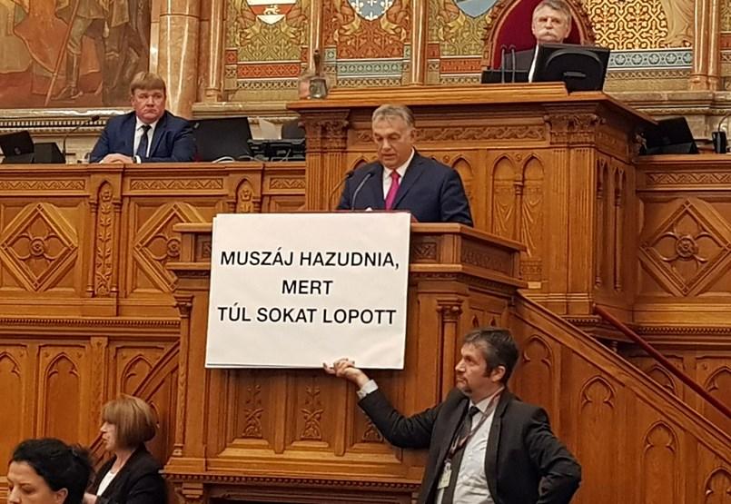 Megzavarták Orbán beszédét a parlamentben