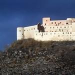 Katonák és őrök is vigyázzák a tűzvész pusztította krasznahorkai várat