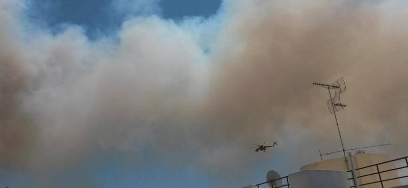 Fotók: Lángokban áll egy hegy Athénban