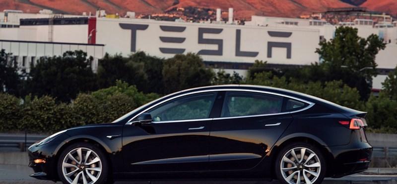 Altat a Tesla: az ígértnél sokkal jobban gyorsul az új olcsó villanyautó – videó