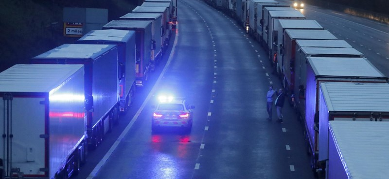 Káosz Dovernél: A kamionosok be vannak zárva, összetűzés volt a rendőrséggel is