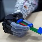 Legózni is tud a 3D-s nyomtatással készült kezével egy amerikai kisfiú – videó