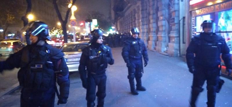 A rendőrök csak úgy engedték el a körbefogott tüntetőket, ha a kamerába mondják a nevüket