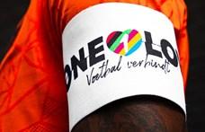 Szivárványos karszalaggal focizik Budapesten a holland csapatkapitány