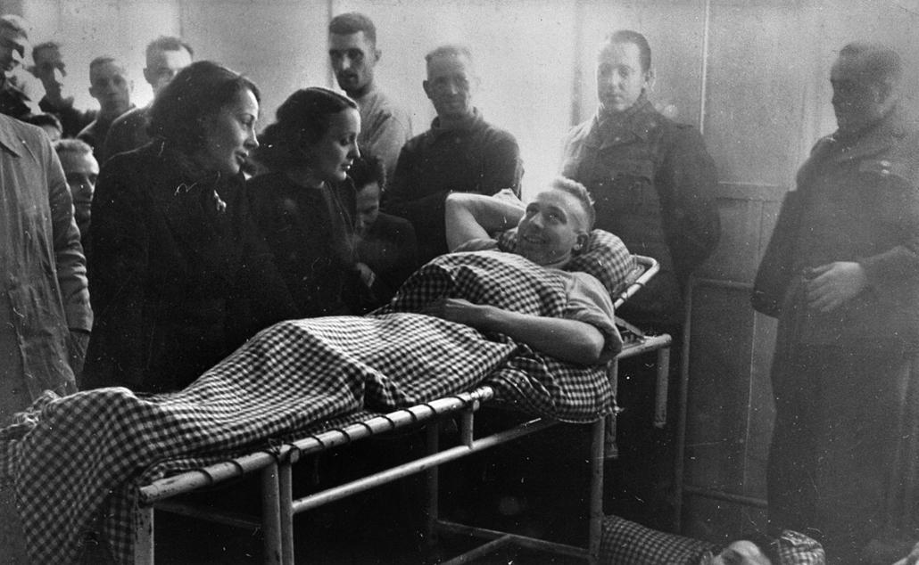 1944. - Németország: beszélgetés egy kórházban német foglyok és francia munkavállalók(???) előtt - Edith Piaf