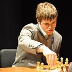 A világelső 19 éves sakkzseni divatmodellnek áll