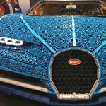 Hihetetlen látvány a Legóból épített Bugatti Chiron a valódi autók közt