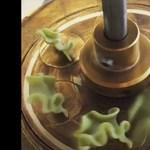 Hipnotikus videókon, ahogy egy tésztagyárból ömlik a tészta