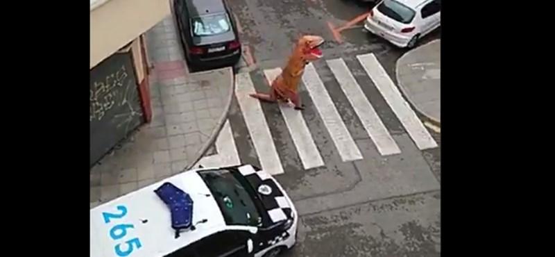 T-Rex jelmezben próbálta kicselezni a kijárási tilalmat egy férfi