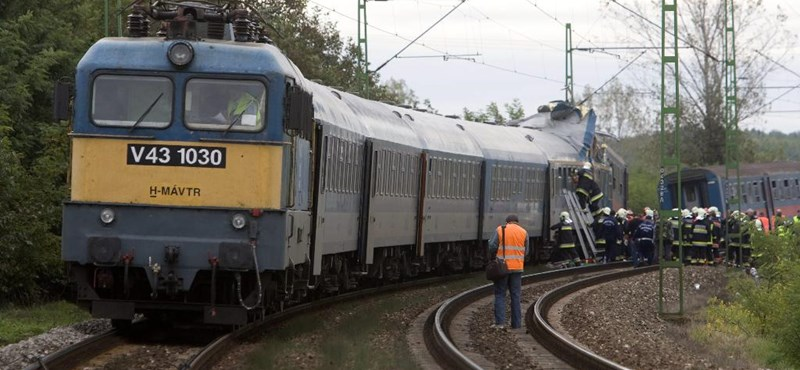 Nekicsapódott a vonatnak a motoros, de senki nem vette észre