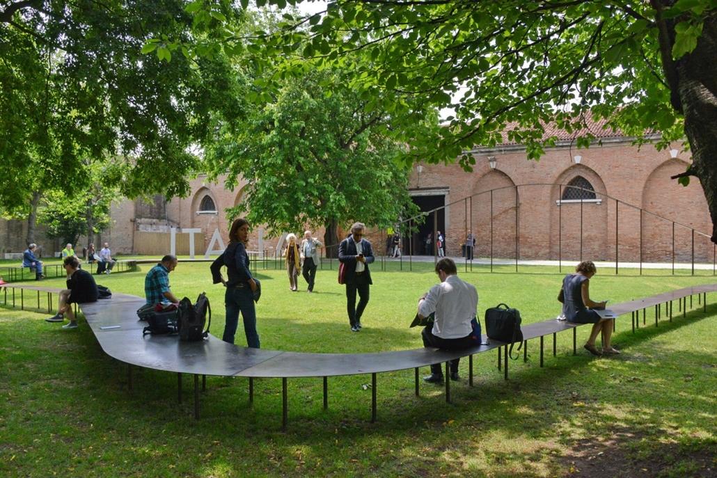 kka. Velencei Biennále 2014.06. nagyításnak - Velence városának pihenést szolgáló térplasztikája az Arsenale kertjében.