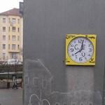 A CEU elűzéséről is megemlékezik a Széll Kálmán téren kiragasztott óra – fotó