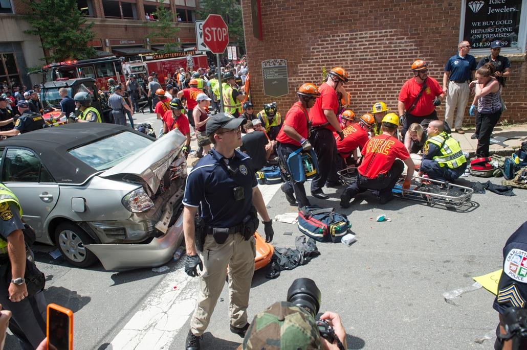 best of 2017 -  Mentők és tőzoltók egy gázolás helyszínén Virginia állambeli Charlottesville-ben. A városban rendkívüli állapotot hirdettek ki egy szélsőjobboldali rendezvényen kialakult erőszak miatt. A valószínűleg szándékos autós gázolásban, amely az e