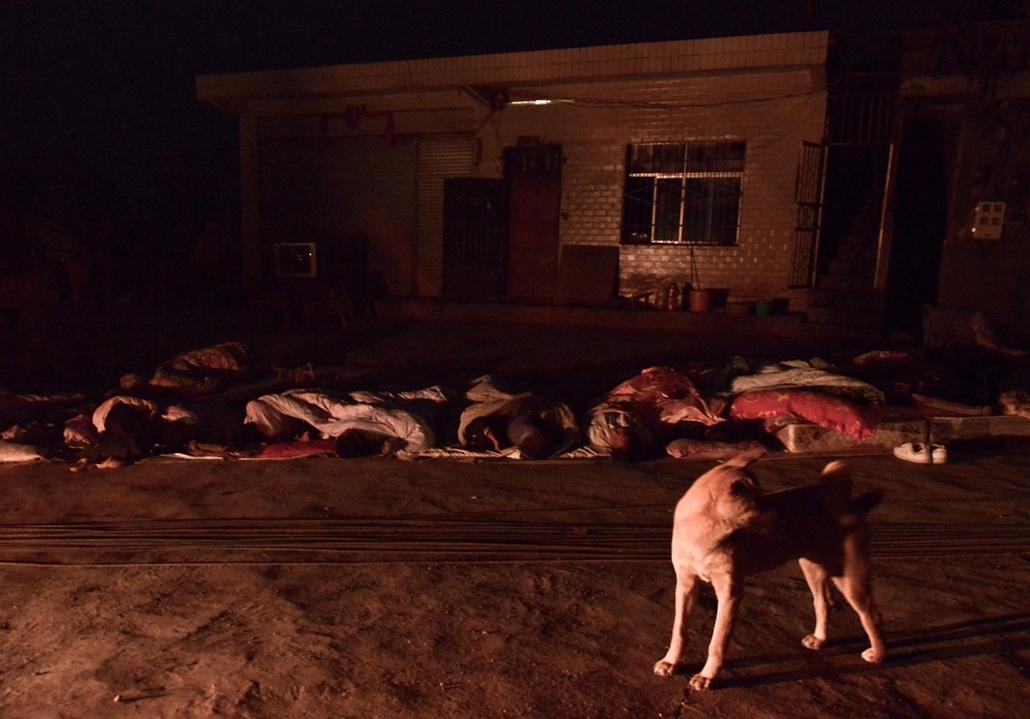 Túlélők alszanak az utcán Luozehe városában, Kína Yunnan tartományában, ahol korábban két földrengés is pusztított. Az idáig   - Hét képei - nagyítás