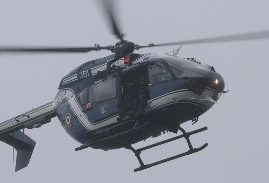 afp. 0109helikopter - lövöldözés Párizsban, Párizsi vérengzés 2014.01.09. túszejtés, Charlie Hebdo, Charles de Gaulle, kommandósok, helikopte, Dammartin-en-Goële : A helicopter of the French Gendarmerie flies over Dammartin-en-Goele where a hostage-taking