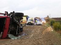 Teherautó ütközött egy középiskolásokkal teli busszal, 12-en meghaltak Szlovákiában