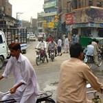 Vérfürdő egy pakisztáni piacon