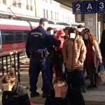 Kétszázötven migránst szállítottak le a Railjetről Győrben