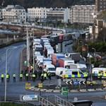 A kerítésen át dobálnak élelmet az Angliában rekedt kamionosoknak