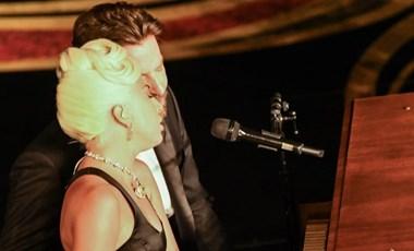 Beindította az internet fantáziáját Lady Gaga és Bradley Cooper majdnem csókja