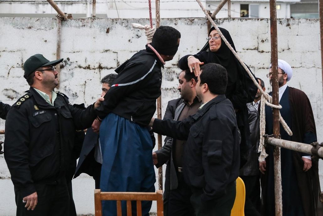 afp.14.04.15. - Now Shahr, Irán: megkegyelmezett fia gyilkosának az anya, nem akasztották fel - akasztás