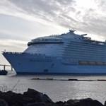 Felszedte a horgonyt a világ legnagyobb utasszállító hajója, van rajta minden
