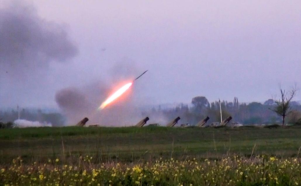 !!! AP ápr.15-ig!!! - Videofelvételről készített kép, amelyen Grad rakétát lőnek ki azerbajdzsáni tüzérek a vitatott hovatartozású Hegyi-Karabah körzetben lévő örmény állásokra Gapanli faluból 2016. április 3-án, miután két nappal korábban tüzérségi párba