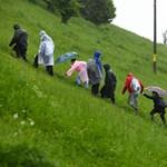 Eső, tömeg és fokozott biztonsági intézkedések várják Ferenc pápát Csíksomlyón