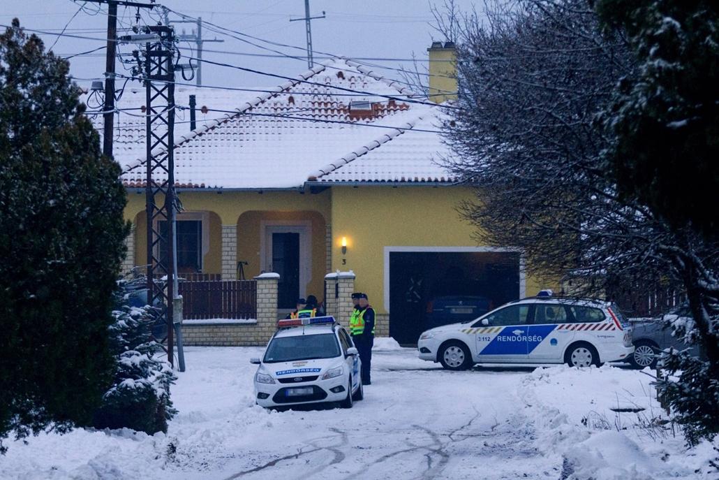 Csepregi gyilkosság - rendőrök egy családi ház előtt - két kisgyermek és egy férfi holttestét találták meg előző este. - a férfi rátámadt a családjára - az anya kimenekült, túlélte a családi tragédiát.