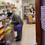 Hiába kaptak saját idősávot, a vártnál sokkal több idős jár zsúfolt boltokba délután