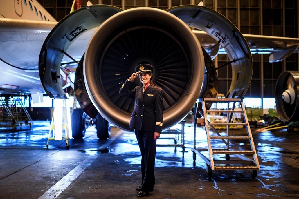 afp.18.02. - AFP nőnap - Ana Sousa 45 éves portugál pilóta a TAP portugál légitársaság liszaboni hangárjában
