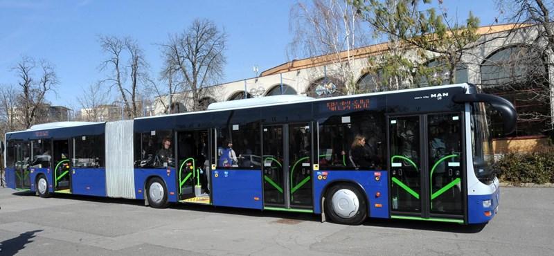 Fotó: ötajtós BKV-busz közlekedik Budapesten