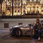 A nap fotója: a Parlament előtt a budapesti milliárdos szlovák rendszámos új Ferrarija