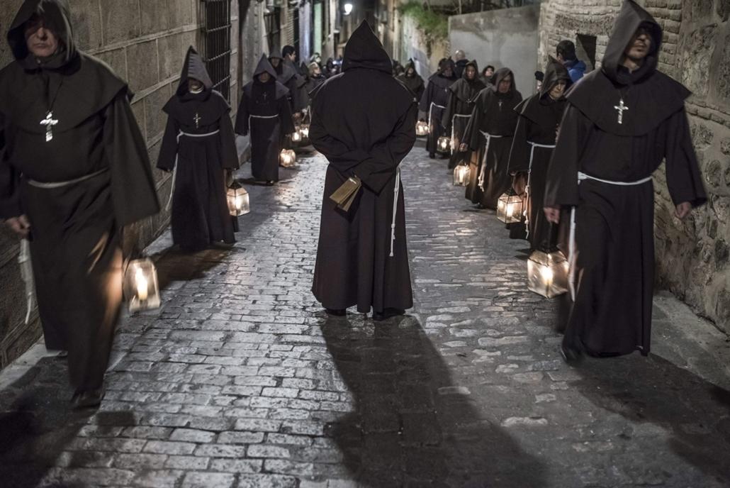 epa.16.03.25. - Toledo, Spanyolország: A Saint Christ of Good Death testvéri közösség szerzetesnek öltözött vezeklői nagypénteki körmeneten vesznek részt a közép-spanyolországi Toledóban. - húsvét, nagyítás, szerzetes