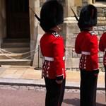 Videó: Nem udvariaskodott a királynő testőre, amikor útjába került egy turista